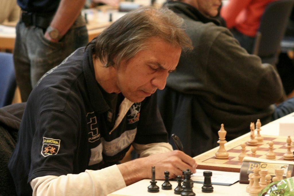 Mario schreibt ordentlich mit. Schachfreunde Frankfurt 1921 e.V.