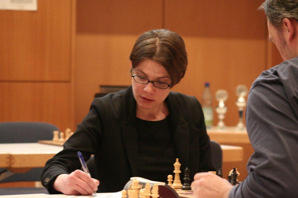 Beate Troeger schreibt mit. Schachfreunde Frankfurt 1921 e.V.