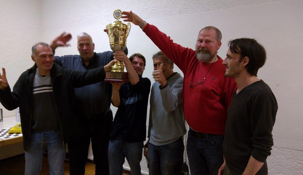 Siegfried-Weber-Gedächtnisturnier: Schachfreunde Frankfurt räumen Pokal ab.